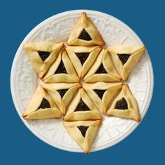 PURIM: Create a Star of David from Hamantaschen. Cute for Purim! Menorah, Scones, Purim Recipe, Happy Purim, Jewish Celebrations, Israeli Food, Kosher Recipes, Kosher Food, Chocolate Filling