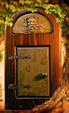 Cool fairy door~~ Looks like it would be in the land of Oz