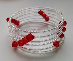 Áttetsző üveg színű kásagyöngyből és piros kúpos gyöngyből fűzött memóriadrótos karkötő.