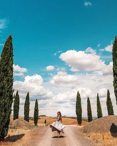 •My princess dream in Italy•. ✨👸🏼✨ I hope to be back to Val d'Orcia again. To see this beauty wear its green & floral dress. Or may be in sunset, when she's dressed in the golden light. Green Floral Dress, My Princess, Tuscany, Italy, Mountains, Sunset, Travel, Beauty, Sunsets