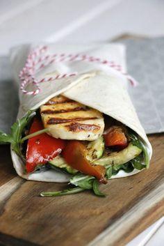 Mediterraner Snack zum Mittag oder Büro Snack: Die Halloumi Wraps mit gegrilltem Gemüse erinnern an den Sommerurlaub. Das Wraps Rezept schmeckt sowohl warm als auch kalt sehr gut.