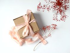 Hand dyed silk ribbon - medium peach. Lazo de seda teñido a mano - melocotón medio #handdyed #silkribbon #handdyedsilkribbon #wedding #weddingstationery #weddingbouquets #christmaswrapping