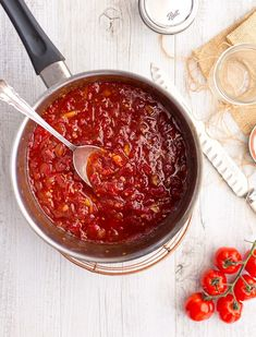 Sweet and spicy homemade tomato and chilli jam, perfect on sandwiches, burgers, toasties, with bacon and eggs or cheese and crackers. Chilli Chutney Recipes, Relish Recipes, Jam Recipes, Sauce Recipes, Cooking Recipes, Healthy Recipes, Pepper Recipes, Yummy Recipes, Tomato Chilli Jam