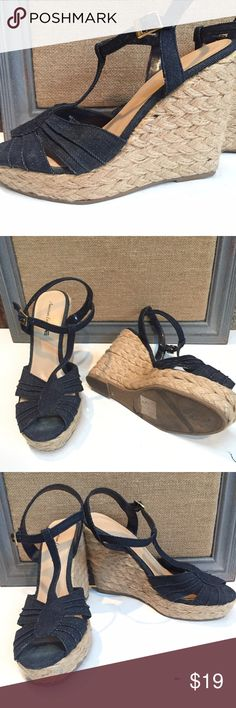 """American Eagle Denim & twine Wedge Sandal Size 10 American Eagle Denim & twine Wedge Sandal Size 10  Brand -  American Eagle Style- Wedge/Platform Manufacturers No.- Size-  10 Color-  blue Material-  Denim/Twine Heel - 5"""" Platform -  1"""" Condition- Excellent Pre-owned  It doesn't have to be new to be AWESOME!!   Pre-owned  items are from smoke free environment     Pre-owned Shoes and Clothing: always clean Inside and out (except for the usual wear especially the soles of shoes) American Eagle…"""