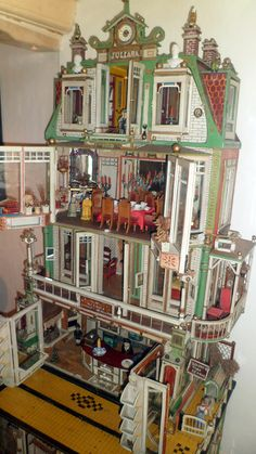 "All about dollhouses and miniatures: The dollhouse ""Juliana"" was to be admired in the Toy Museum ""De Kijkdoos"" in Hoorn Antique Dollhouse, Dollhouse Dolls, Antique Dolls, Vintage Dolls, Dollhouse Miniatures, Vitrine Miniature, Miniature Rooms, Miniature Houses, Fairy Houses"