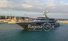 Lo yacht extralusso di Dolce&Gabbana, Il 'Regina d'Italia', dopo aver lasciato Siracusa, è entrato nel porto turistico di Marina di Ragusa questo pomeriggio. Ovviamente accolto da grande curiosità, non si per quanto si fermerà nel porto ragusano