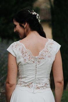 Un ensemble vaporeux pour une tenue de mariée moderne et fluide en mousseline et dentelle de Calais. Modèles réalisé sur mesure à Lyon.
