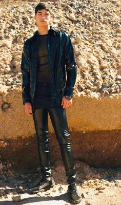Leather Trousers Outfit, Mens Leather Pants, Tight Leather Pants, Fashion Moda, Boy Fashion, Latex Men, Gay Outfit, Teenage Guys, Leder Outfits