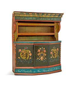 HENGEKANNESTOL Hallingdal. 1800-tallet. Rosemalt av Nils Herbrandson Bæra (1785-1873). Kannestol fra første halvdel av 1800-tallet. Skuff nede. To hyller. Profilerte lister i toppen og skjært bord rundt dør. Skjærte snodde søyler. Original fungerende lås og nøkkel. En hylle inni skapet.   Rikt rosemalt og dekorert i flere farger, rødt, gult, blått, grønt og hvitt. Dyp olivengrønn bunnfarge på front og engelsk rød på sidene. Rød benkeflate, profilert i lyseblå, over skapdør. Dør og rosemalte… Decorative Boxes, Antiques, Home Decor, Antiquities, Antique, Decoration Home, Room Decor, Home Interior Design, Decorative Storage Boxes