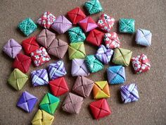 折り紙のおはじきです。手裏剣を作り、さらに4つの先端を折り曲げ、差し込んで作ります。