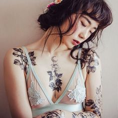 Beautifl black and grey floral work by Zihwa @zihwa_tattooer zihwatattooer top10 blackandgrey floral