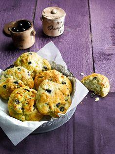 Pikante Hefebrötchen mit Fetakäse und Oliven als Snack für jede Party