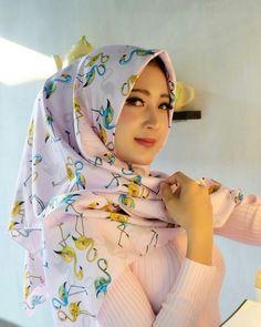 Pin Image by Chantik Genit Islamic Fashion, Muslim Fashion, Hijab Fashion, Casual Hijab Outfit, Hijab Chic, Beautiful Muslim Women, Beautiful Hijab, Hijabi Girl, Girl Hijab