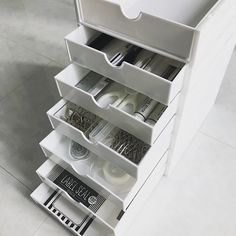 Be honest: When was the last time you brought food from home to the office in anything other than a Wardrobe Organisation, Pantry Organization, Organizing, Muji Storage, Storage Ideas, Roomspiration, Neat And Tidy, Room Interior, Space Saving