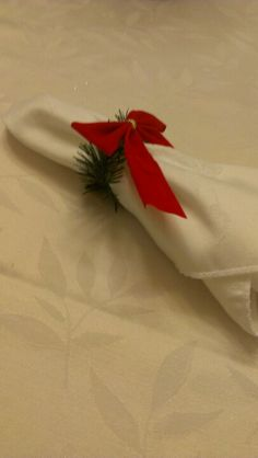 DIY Christmas Napkin Ring - Just use rope garland (cut to fit), bows, and hot glue. Christmas Jesus, Christmas 2014, Christmas Ornaments, Christmas Ideas, Diy Christmas Napkins, Christmas Napkin Rings, Christmas Table Settings, Napkin Folding, Holidays And Events