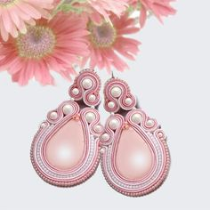 Light pink and white Soutache earrings with by OnlyLauraDesign Soutache Necklace, Beaded Earrings, Pearl Earrings, Quilling Jewelry, Jewelry Crafts, Shibori, Soutache Tutorial, Flower Art, Art Flowers
