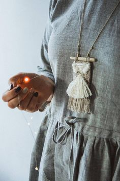 Woven necklace with a boho mood - linen with golden threads. Textile Jewelry, Macrame Jewelry, Fabric Jewelry, Boho Jewelry, Jewelry Crafts, Boho Necklace, Weaving Textiles, Tapestry Weaving, Loom Weaving