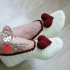This Pin was discovered by İlk Easy Crochet Patterns, Crochet Designs, Free Crochet, Hat Patterns, Crochet Boots, Crochet Baby Booties, Crochet Slipper Pattern, Knitted Slippers, Baby Knitting