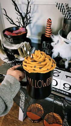 Faux Whip Cream Mug Topper perfect for Rae Dunn Mugs! Quick Halloween Crafts, Halloween Mug, Holiday Crafts, Halloween Decorations, Diy Whipped Cream, Diy Christmas Mugs, Cream Mugs, Top Candy, Lazy
