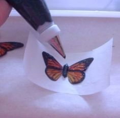 Using rice paper creat beautiful and delicate wings to use on cakes and cupcakes Fondant Figures, Fondant Cakes, Cupcake Cakes, Cake Decorating Techniques, Cake Decorating Tutorials, Cookie Decorating, Decorating Cakes, Butterfly Cakes, Paper Butterflies