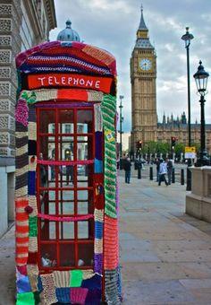 La famosissima cabina telefonica di Londra, travestita a festa!