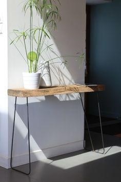 La table d'appoint QUERCUS est idéale pour meubler une entrée, un couloir ou sous une fenêtre. Son design très fluide avec son piétement en acier laminé et son plateau authe - 8431547