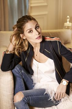 Olivia Palermo dresses us up her jeans and t-shirt with minimal jewelry.