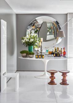 Na composição bem orquestrada, destaque para o espelho côncavo Narciso (Érea). As banquetas de madeira foram criadas por Charles e Ray Eames em 1960. Todo o piso social é de mármore branco sivec (MSA Marmoraria).