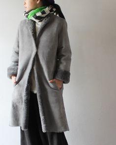 TIGRE BROCANTE ティグルブロカンテ Mouton Ladies Coat 価格:¥259,200 (税込) 表はスエード、裏側は毛皮になっていて保温性にとても優れていますし 通気性が良いですので、ほっこりとあたたかく、存在感があります。 衿元もすっきりしていますので、ストールやパーカなどを合わせても綺麗です。 シックな色で大人っぽい上品さが魅力ですが、カジュアルな雰囲気にも取り入れやすいムートンコートです。 サイズF着丈99cm 肩幅38cm 身幅48cm 袖丈59cm アームホール25cm カラーBLACK / GRAY 生産国JAPAN 素材sheep 100%