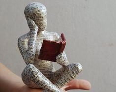 Lesende Frau, aus Pappmaché-Skulptur, Sammlerstück, Ooak-Skulptur, Regal Dekor, Kreuz Vierbein sitzende Frau