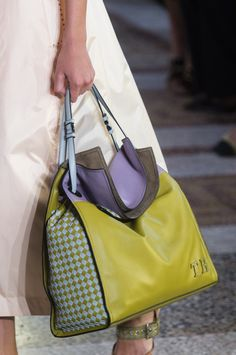 Bottega Veneta at Milan Fashion Week Spring 2018 - Details Runway Photos Fashion Handbags, Tote Handbags, Purses And Handbags, Fashion Bags, Leather Handbags, Milan Fashion, Bags Online Shopping, Online Bags, Shopping Bag