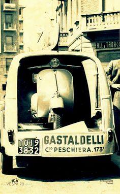 Vespa - The Vespa transporter of Gasteldelli at Peschiera Vespa Ape, Piaggio Vespa, Moto Scooter, Vespa Lambretta, Vintage Vespa, Vintage Italy, Chevrolet Camaro, Corvette, Vespa Motor Scooters