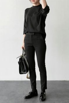 Minimal Fashion Style Tips. Minimal fashion Outfits for Women and Simple Fashion Style Inspiration. Minimalist style is probably basics when comes to style. Fashion Mode, Minimal Fashion, Fashion 2018, Womens Fashion For Work, Work Fashion, Fashion Black, Female Fashion, Fashion Spring, Trendy Fashion