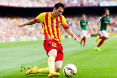 Lionel Messi intenta un centro