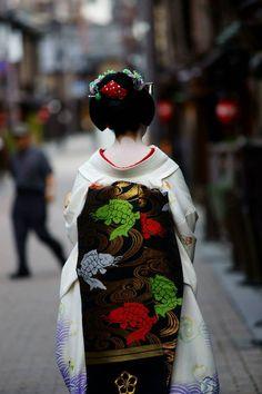 Maiko Satsuki for September black carp obi and white kimono with sea shells and sea water. Long Kimono, Kimono Dress, Kabuki Costume, Geisha Japan, White Kimono, Turning Japanese, Asian Love, Vintage Kimono, Stunningly Beautiful