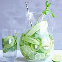 Detox Water: Stay hydrated with + her amaZing 💧cucumber + kiwi + lime + mint Mint Detox Water, Cucumber Detox Water, Mint Water, Kiwi, Start Up Business, Easy Weight Loss, Lose Weight, Water Weight, Glass Vase