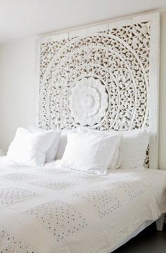 "45 ""All In White"" Interior Design Ideas For Bedrooms. Belle chambre toute blanche #All #White #Bedroom Cozy headboard, by the sea style !"