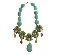 Maxicolar em bijouteria, com pedras naturais na cor turquesa e marrom, com cristal cravejado em alguns pontos.