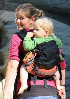 Emeibaby con bebé grandecito, se aprecia como la tela le recoge de corva a corva