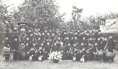 Tweka muziekcorps tijdens het 12,5 jarig bestaan van het muziekcorps in 1939. Foto uit 'Kent u ze nog... de Geldroppenaren' door C.H.A.M van Bokhoven. Dolores Park, Concert, Travel, Viajes, Concerts, Destinations, Traveling, Festivals, Trips