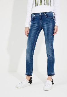 Джинсы Versace Jeans модели Slim fit. Особенности: застегиваются на молнию и пуговицу, пять карманов, шлевки для ремня, эффект потертостей.