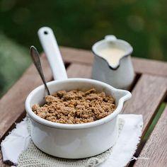 Gestern gab's erst Mal warmen Apple Crumble mit knusprigen Zimt-Ahornsirup-Streuseln und dampfender Vanillesauce in den Kuschelcardigan gehüllt auf der Terrasse in der Herbstsonne... Ach, zuhause ist es auch schön. Hallo Herbst ❤️ Rezept gibt's morgen auf dem Blog!