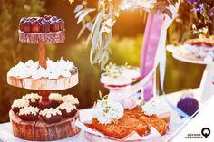 По традиции, на свадьбах кричат «Горько!», чтобы будущая жизнь новой семьи была сладкой. Но мы в долине Лефкадия считаем, что и само торжество должно быть «в радость и сладость». Поэтому у нас в Лефкадии есть такая свадебная услуга, как сладкий бар «Рустик». Фирменные угощения: морковный и медовый торты, свекольные кексы с ванильным кремом, канеле, меренги, мусс из рикотты со свежими ягодами — словом, dolce vita начинается уже здесь и сейчас!
