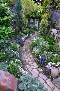 What You Can Do To Improve Your Landscaping using Garden Arbor Everyone that owns a home wants to take pride in it. Garden Arbor, Garden Paths, Back Gardens, Outdoor Gardens, Amazing Gardens, Beautiful Gardens, Backyard Ideas For Small Yards, Professional Landscaping, Mediterranean Garden
