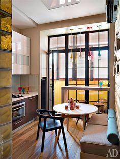 """""""Если в дом приходят гости, то добро пожаловать на кухню с диванчиком у стены и барной стойкой вместо подоконника"""""""
