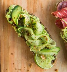 Avocado cucumber sandwich for breakfast or brunch - Avokado-kurkkuleipä, resepti – Ruoka.fi