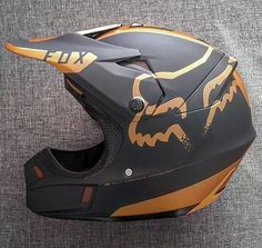 Fuchs Helm in Gold - Motocross-gear Superbike-gear - Trend Frauen Fahrrad Motocross Love, Motocross Helmets, Racing Helmets, Dirt Bike Riding Gear, Cool Motorcycle Helmets, Fille Et Dirt Bike, Fox Helmets, Bmx, Cool Dirt Bikes