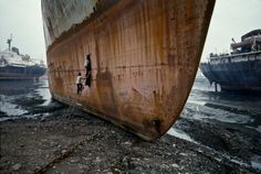 Ship breaking yard, Mumbai, 2006 Striking pictures of India by renowned photographer Steve McCurry, taken from a new exhibition in London. Steve Mccurry, National Geographic, Ex Yougoslavie, Vivre A New York, Les Philippines, World Press Photo, Ship Breaking, Baroque Painting, Photos Voyages