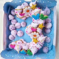 "23 curtidas, 2 comentários - Rosa Albina Repostería (@rosaalbina_reposteria) no Instagram: ""Monogram-cake para celebrar el 3er añito de una princesa 👧👑 #monogramcake #numbercake #merengue…"" Shapes Biscuits, Monogram Cake, Biscuit Cake, Number Cakes, Cookies, Instagram, Desserts, Pink, Merengue"