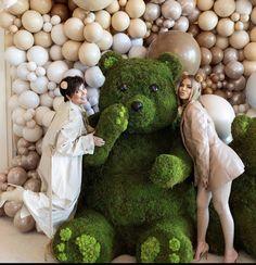 w Kris Jenner Estilo Khloe Kardashian, Kardashian Jenner, Jeff Leatham, Make Dreams Come True, What A Beautiful Day, Kris Jenner, Baby Shark, Baby Shower Decorations, Garden Sculpture